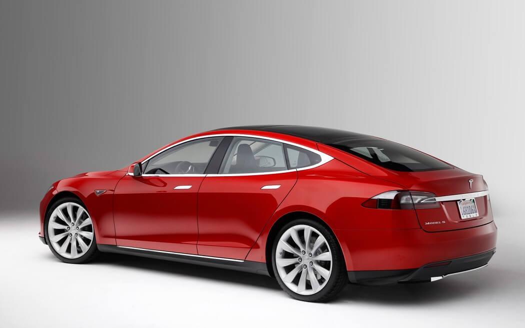 Автомобиль Tesla S может проехать до 486 км от одной подзарядки и полностью экологичен