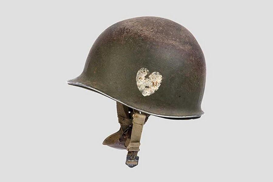 Каска обычного десантника времён второй мировой. Знаете за сколько продана на аукционе? $70 000.