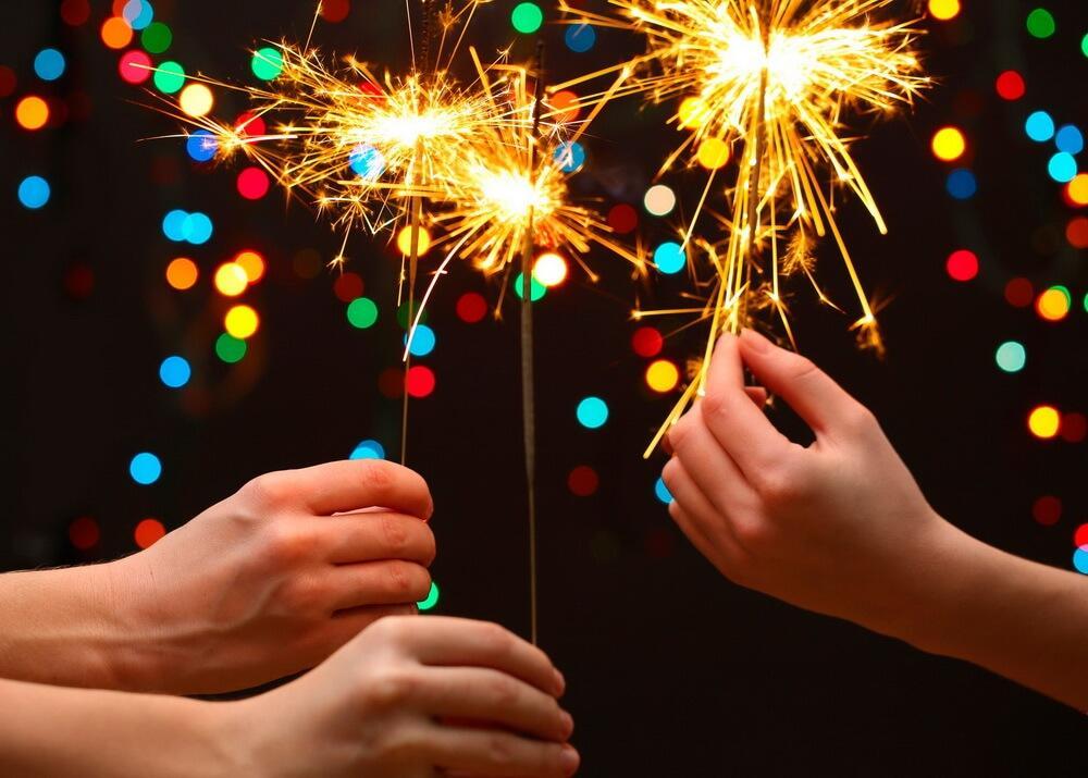 Какой же новый год без бенгальских огней и хлопушек?